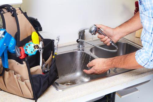 plombier Chelles - un artisan vérifie le fonctionnement d'un évier