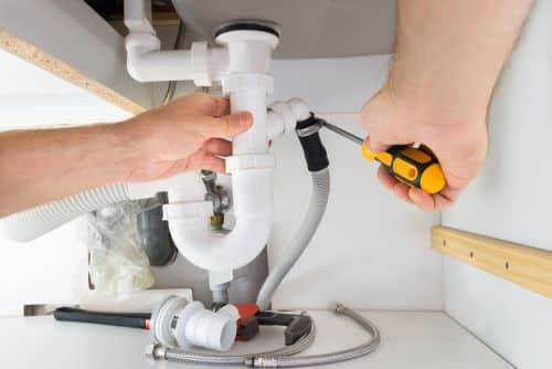 plombier Chelles - un artisan desserre un siphon
