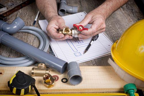 plombier Epinay-sur-Seine - un artidan étudies les plans d'une installation