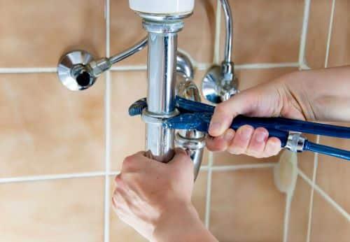 plombier Epinay-sur-Seine - un artisan installe un lavabo