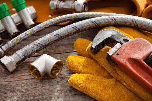 plombier Gagny - des outils de plombiers sur un plan de travail