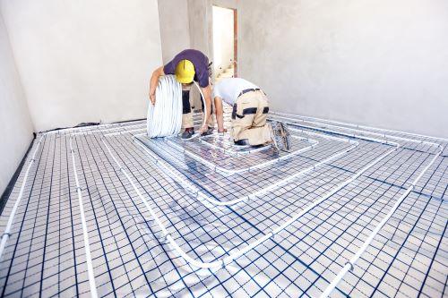 plombier Garges-lès-Gonesse - un artisan installe un plancher chauffant