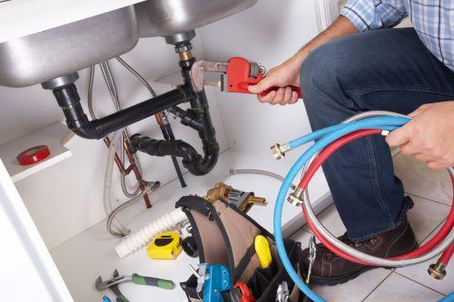 plombier Garges-lès-Gonesse - un plombier prépare son équipement