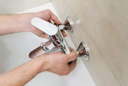 plombier Gennevilliers - un artisan installe un robinet de baignoire