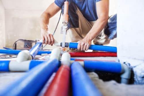 plombier Gennevilliers - un artisan installe un circuit de plomberie