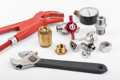 plombier Massy - des outils de plomberie sur une table
