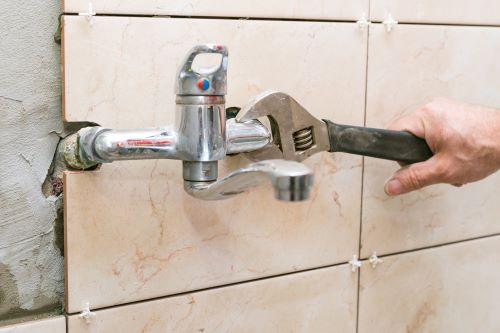 plombier Meaux - un artisan rénove une salle de bains