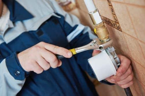 plombier Meudon - un artisan raccorde un appareil sanitaire