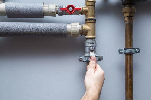 plombier Montrouge - un homme ouvre une arrivée d'eau