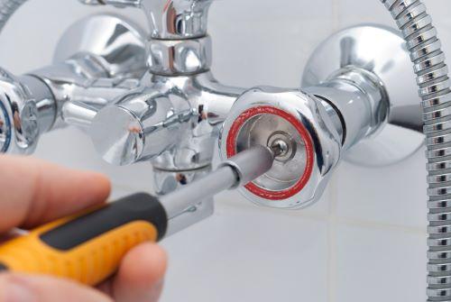 plombier Montrouge - un artisan installe une colonne de douche