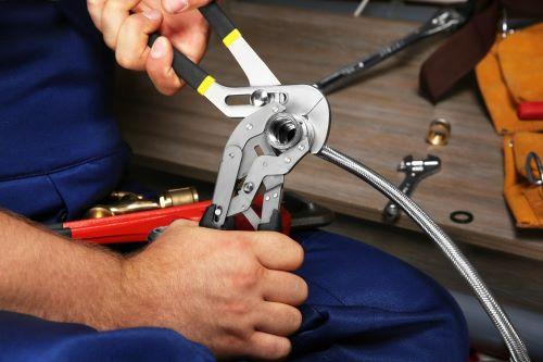 plombier Noisy-le-Sec - un artisan prépare l'installation d'un flexible