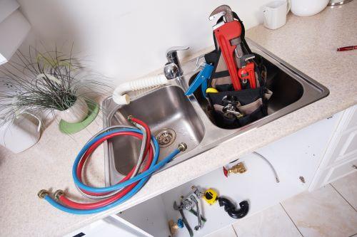 plombier Puteaux - des éléments de plomberie sur un évier