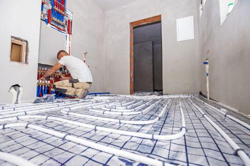 plombier Rosny-sous-Bois - un artisan installe un plancher chauffant
