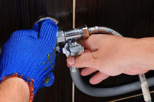 plombier Rosny-sous-Bois - un artisan raccorde un appareil sanitaire