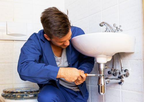 plombier Saint-Maur-des-Fossés - un artisan installe un lavabo