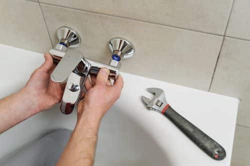 plombier Suresnes - un artisan installe une baignoire
