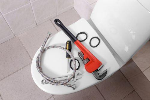 plombier Villepinte- des outils de plomberie sur la cuvette des toilettes