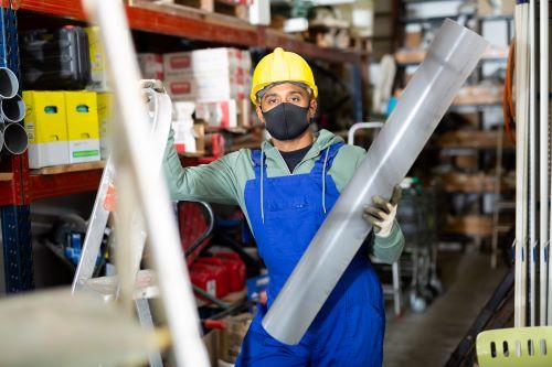 Plombier Aubagne - Un plombier dans son entrepôt.