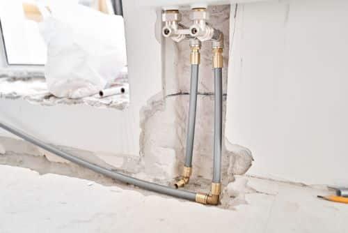 Plombier Brive-La-Gaillarde - Tuyaux de chauffage dans un appartement en construction.