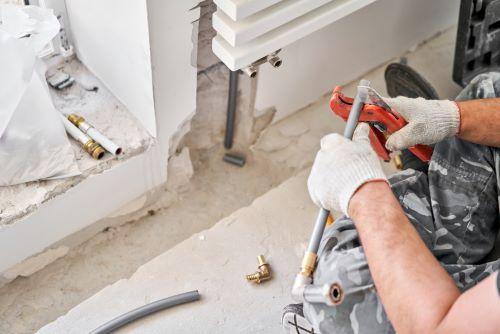 Plombier Chalon-sur-Saône - Le plombier coupe un tuyau.