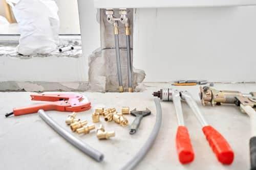 Plombier Chalon-sur-Saône - Outils de plombier. Raccordement de tuyaux de chauffage.