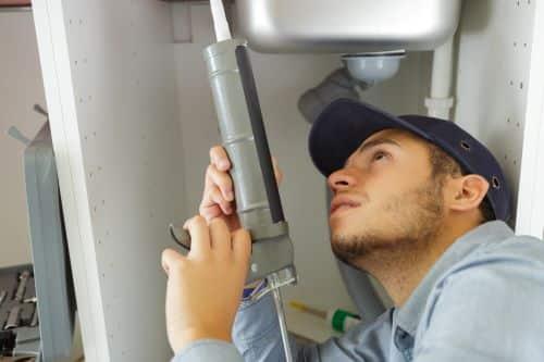 Plombier Châlons-en-Champagne - Un artisan intervient sur une chaudière.