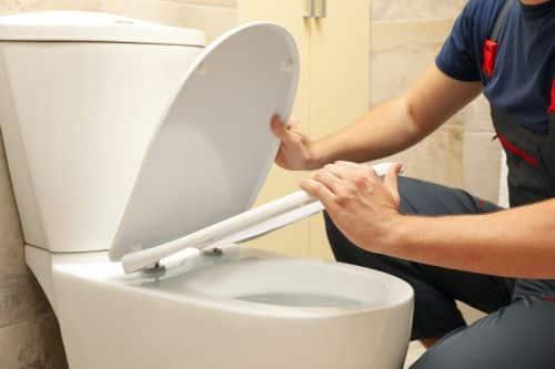 Plombier Châlons-en-Champagne - Le plombier répare des toilettes.