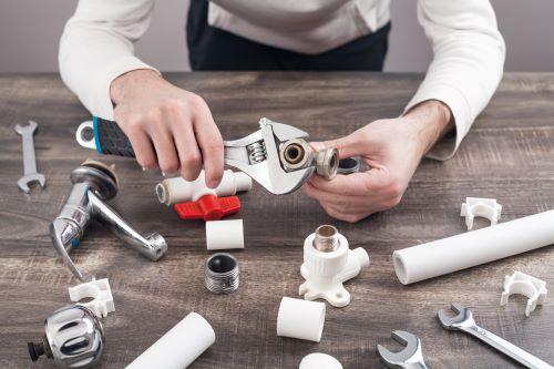 Plombier Le Cannet - Un plombier répare un mitigeur.
