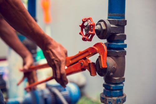 Plombier Marcq-en-Barœul - Un artisan intervient sur le circuit d'eau d'une habitation.