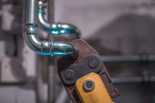 Plombier Martigues - Un artisan installe un circuit de plomberie.