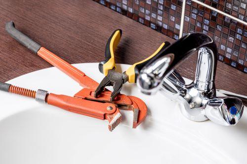 Plombier Rezé - Outils de plomberie et un lavabo.