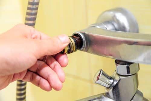 Plombier Torcy - Un plombier remplace la valve d'un robinet d'eau.