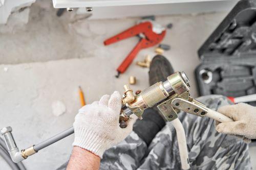 Plombier Valenciennes - Un plombier fait des travaux dans un nouvel appartement.