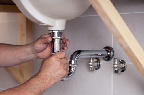 Plombier Villemomble - Un plombier installe un ballon d'eau chaude.
