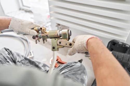 Plombier Saint-Herblain - Un plombier fait le montage d'un radiateur.