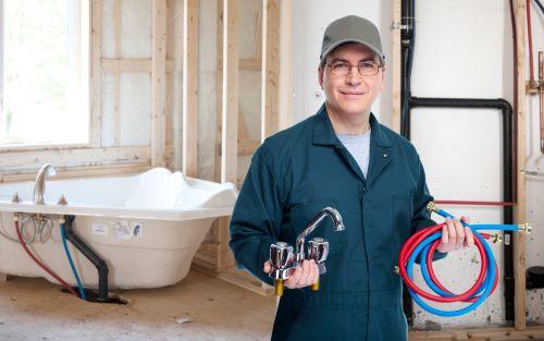 plombier Bezons - un homme prépare l'installation d'une nouvelle salle de bains