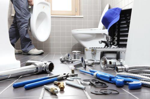 plombier Cachan - un artisan se prépare à installer un bidet