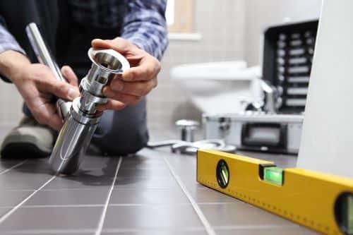 plombier Chatou - un artisan rénove une salle de bains