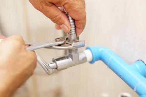 plombier Ermont - un artisan répare un robinet