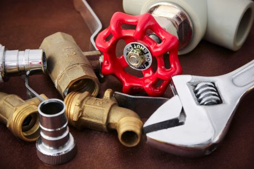 plombier Grigny - un des outils de plomberie sur une table