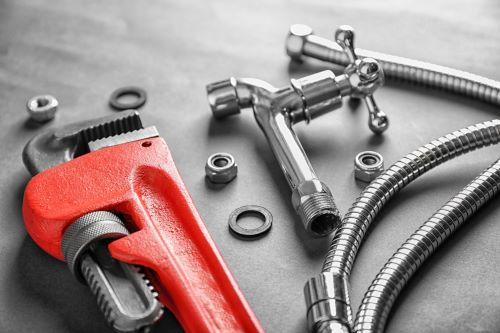 plombier Les Mureaux - une clé anglaise et un robinet