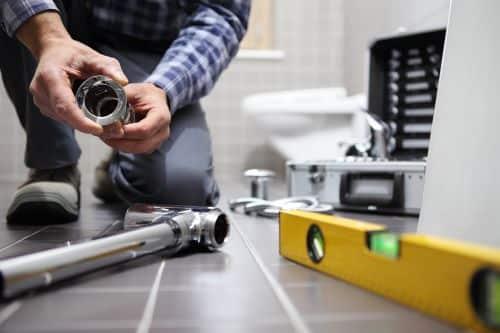 plombier Nogent-sur-Marne - un artisan installe un circuit de plomberie