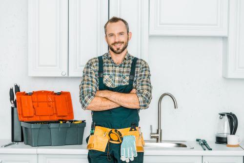 plombier Pierrefitte-sur-Seine - un plombier devant une cuisine