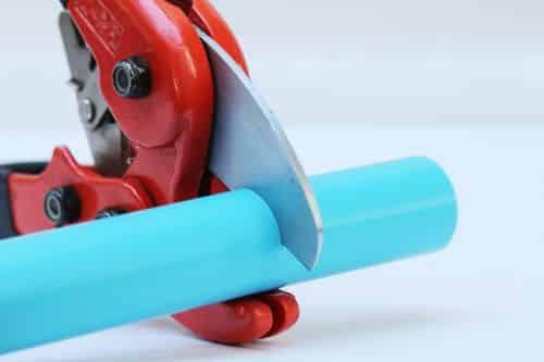 plombier Plaisir - un tube en PER se fait sectionner