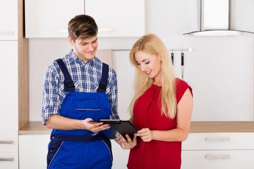 plombier Vanves - un artisan présente un devis à une cliente