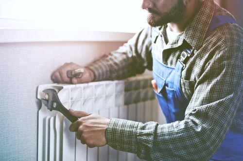 plombier Vanves - un artisan répare un radiateur