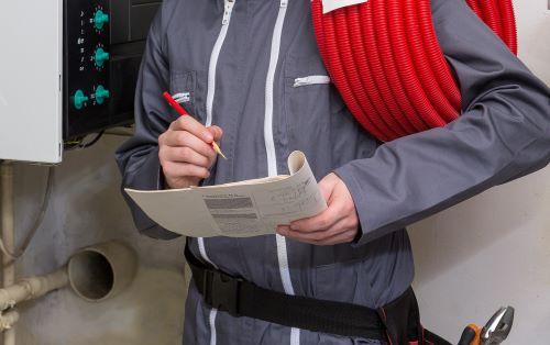 Chauffagiste Angers - Un chauffagiste fait le diagnostic d'un système de chauffage.