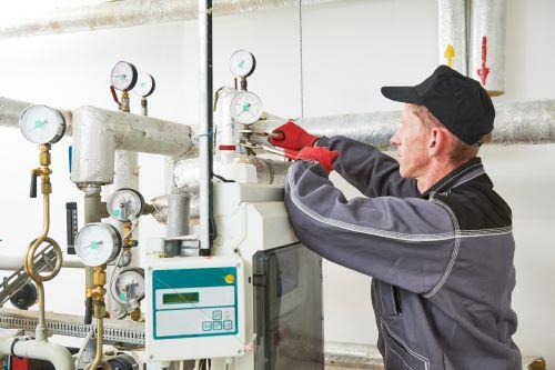 Chauffagiste Dijon - Un chauffagiste effectue des réparations sur un chauffage