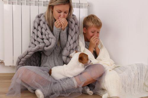 Chauffagiste Le Havre - Une famille se réchauffe près du chauffage