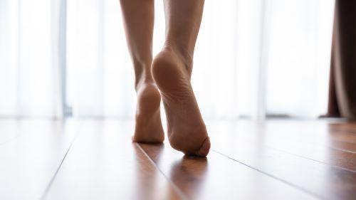 Chauffagiste Lille - Pieds d'une femme sur le plancher chauffé